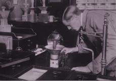 1909年、たばこをブレンディングしているアルフレッド・ダンヒル。